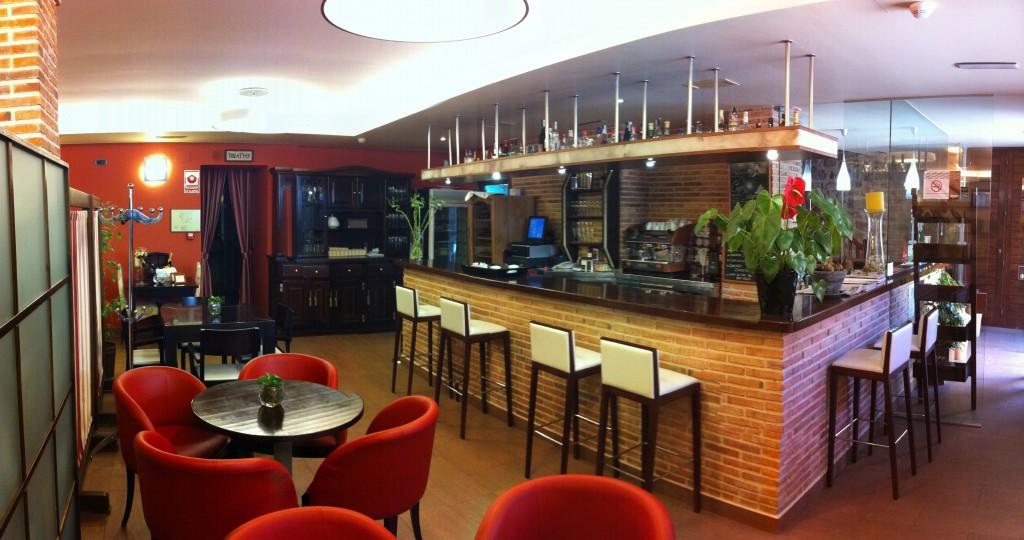 Cafeter a hotel villa de cretas for Modelos de mesas para cafeteria